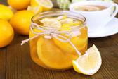 Marmellata di limone gustoso con una tazza di tè sul primo piano tavolo — Foto Stock