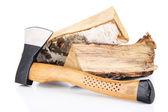 Ax en brandhout, geïsoleerd op wit — Stockfoto