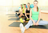 Young beautiful peoples engaged in the gym — Stock Photo