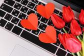 Coeurs rouges et fleurs sur le clavier d'ordinateur en gros plan — Photo