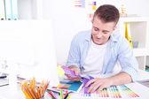 若い創造的なデザイナー事務所に勤務 — ストック写真