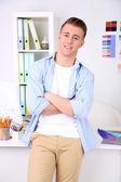 オフィスで若い創造的なデザイナー — ストック写真