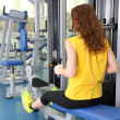 Young woman training with weights in gym — Stockfoto