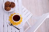 Sıcak içecek ve çerezleri ahşap masa arka planda kupası ile kompozisyon — Stok fotoğraf