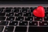 Coeur rouge sur le clavier de l'ordinateur se bouchent — Photo