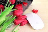 红心与花在桌子上的计算机关闭 — 图库照片
