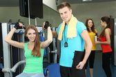 Dziewczyna i trener zaangażowanych w symulatorze siłowni — Zdjęcie stockowe