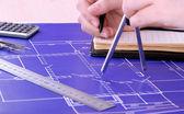 Architekturprojekt mit Frauenhänden, Nahaufnahme — Stockfoto