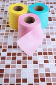 Цвет туалетной бумаги рулонов на светлом фоне — Стоковое фото