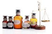 Etiketli ve eski moda ağırlık ölçekler, üzerinde beyaz izole tarihi eski eczane şişeleri — Stok fotoğraf