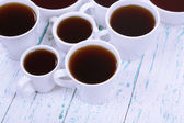Viele tassen tee mit tabelle nahaufnahme — Stockfoto