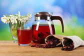 Lekkere kruiden thee en boeket op tafel — Stockfoto