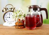Saboroso chá e bolinhos na mesa de madeira — Foto Stock