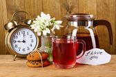 Smaczne herbaty ziołowe i ciasteczka na drewnianym stole — Zdjęcie stockowe