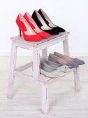 漂亮的女性鞋子在木架子上 — 图库照片