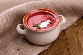 木製のテーブル上でおいしいトマト スープ — ストック写真