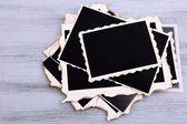 Fotos antigas em branco sobre fundo de cor de madeira — Foto Stock