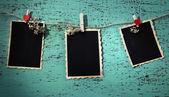 Puste stare zdjęcia na lina na kolor drewniane tła — Zdjęcie stockowe