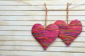 Dekorativa hjärtan på trä bakgrund — Stockfoto