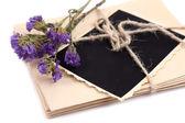 Foto antiga em branco, letras e flores secas, isolado no branco — Foto Stock