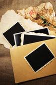 Composição com fotos antigas em branco, papel, letras no fundo do saco de carvão — Foto Stock