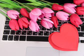Czerwone serca i kwiaty na klawiaturze komputera z bliska — Zdjęcie stockowe
