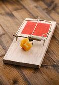 Trampa para ratones con queso sobre fondo de madera — Foto de Stock
