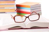 Sammansättning med glasögon och böcker, isolerad på vit — Stockfoto