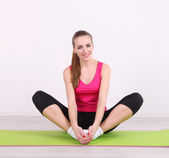 Young beautiful fitness girl exercising in gym — Foto de Stock
