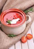 Sopa de tomate sabroso en mesa de madera — Foto de Stock