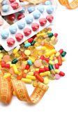 Pomiar taśmy i tabletki, na białym tle. pojęcie diety — Zdjęcie stockowe