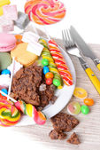 Different sweets on plate on table close-up — Foto Stock