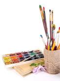 Composición con cepillos en florero y pinturas aislados en blanco — Foto de Stock