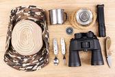 Ausrüstung für trekking auf hölzernen hintergrund — Stockfoto