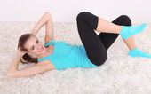 Young beautiful fitness girl exercising in gym — Stock Photo
