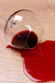Overturned glass of wine on floor close-up — Stock Photo