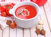 Smakrik tomatsoppa och grönsaker på träbord — Foto de Stock