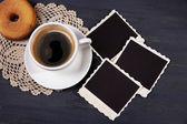 Koffiekopje en donut oude leeg foto's, op houten achtergrond — Stockfoto