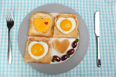 Scrambled eggs with bread on plate, on color napkin — Stock Photo