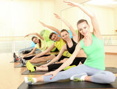 Group of young people engaged in the gym — Foto Stock