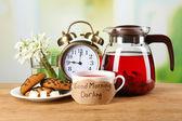 Gustosa tisana e biscotti sul tavolo di legno — Foto Stock