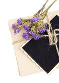 Foto antiga em branco, letras e flores secas, isolado no branco — Fotografia Stock