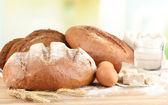 Composición con pan de centeno en la mesa sobre fondo brillante — Foto de Stock