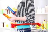 Femme avec chariot en gros plan de supermarché — Photo