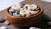 Složení s wellness kameny, svíčky na bambusovou rohož pozadí — Stock fotografie