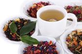 Xícara de chá com chá seco aromático em tigelas close-up — Fotografia Stock