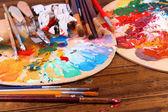 功妙な装置: 木製のテーブルのペンキ、ブラシおよび芸術のパレット — ストック写真