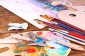 Künstlerische Ausstattung: Farbe, Pinsel und Kunst-Palette auf Holztisch — Stockfoto