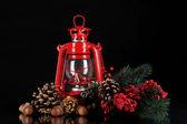 красный керосиновая лампа на черном фоне — Стоковое фото