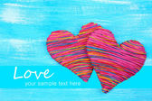 Corazón decorativo sobre fondo de madera — Foto de Stock